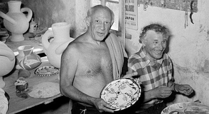 Pablo Picasso and Marc Chagall working on ceramics in Vallauris, France, circa 1952 (fonte web)